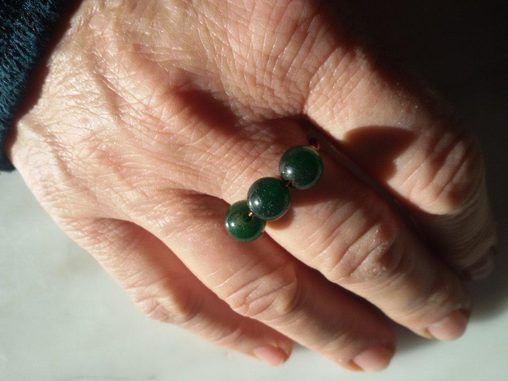 Anello con tre pietre verde