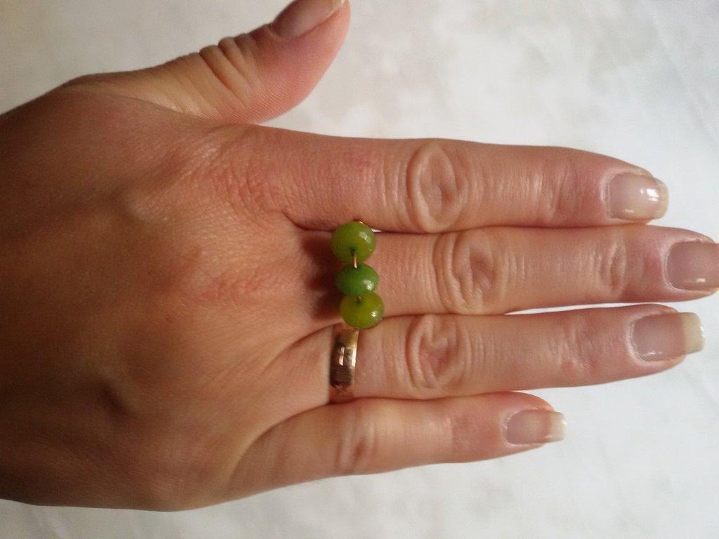 Anello con tre perle verde chiaro