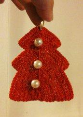 Decorazione natalizia alberello-abito ad uncinetto rosso con tre bottoni di perle su ambedue i lati