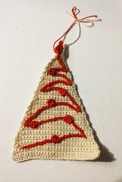 Applicazione natalizia alberello realizzato ad uncinetto con filato beige e ricamato in rosso
