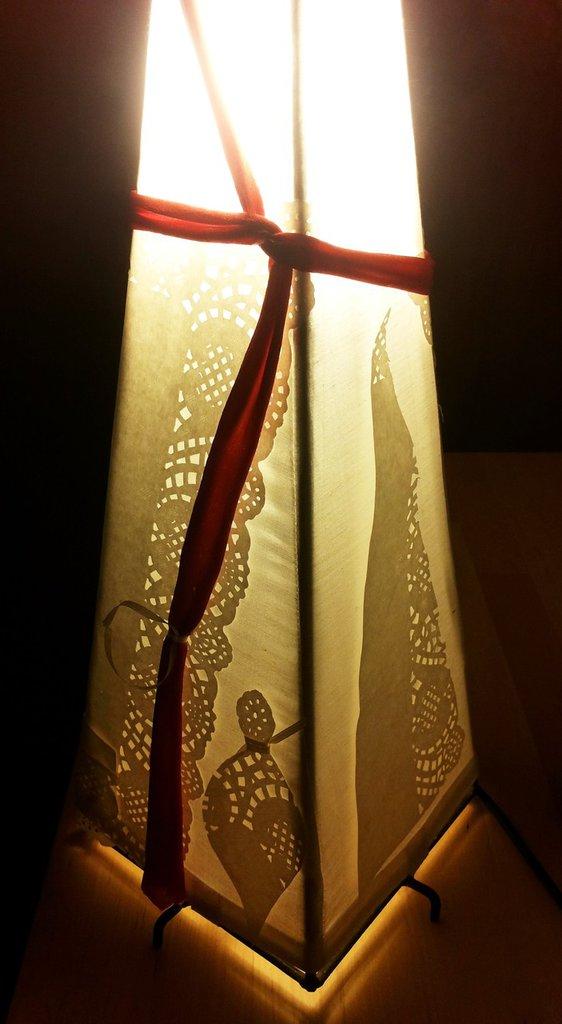 Lampada da tavolo fatta ad albero di natale in tessuto di cotone e decorazione con nastri carta e pannolenci