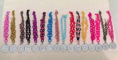 Bracciale con catena in seta colorata e medaglietta con iniziali
