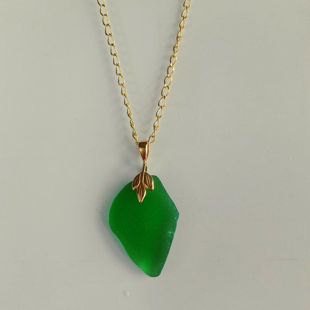 Collana con pendente in *vetro di mare*,dorata, fatta a mano (VENDUTO)
