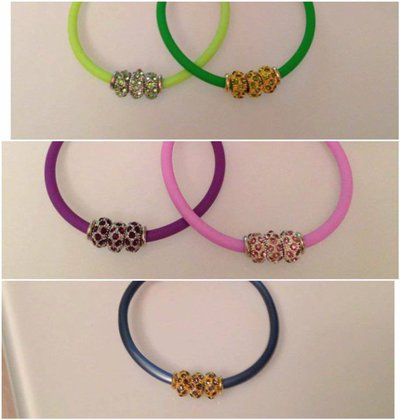 Bracciali in pvc colorato e perline in metallo con brillantini