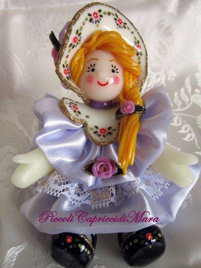 Bambolina in pasta di mais, vestitino in raso color lilla chiaro