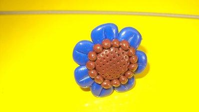 anello con fiore blu