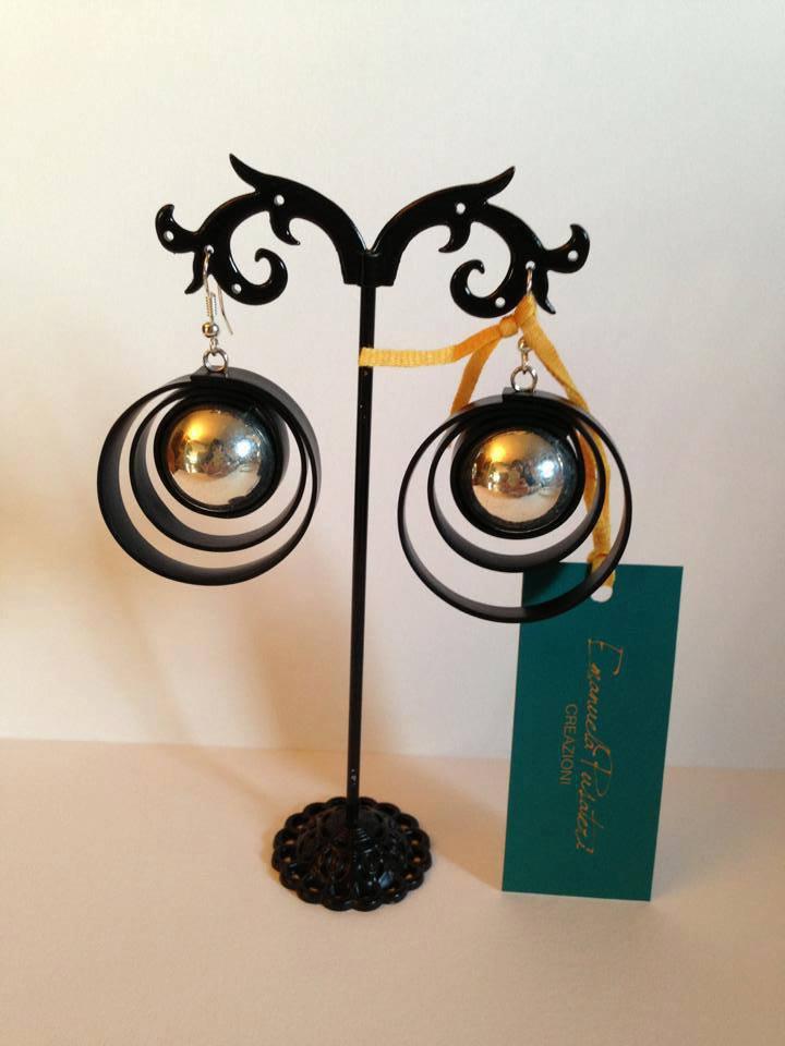Orecchini in pvc e perla in metallo argentata