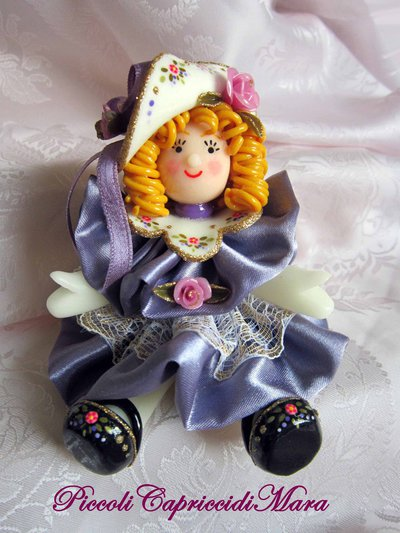 Bambolina in pasta di mais, vestitino in raso lilla scuro
