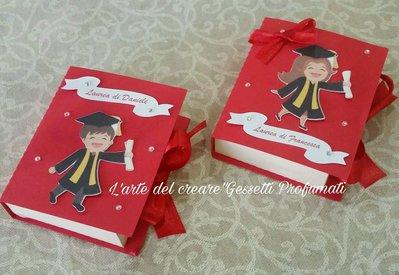 Scatola bomboniera(0,80pz)sacchetto porta-confetti LAUREA LIBRO Tocco nome festa