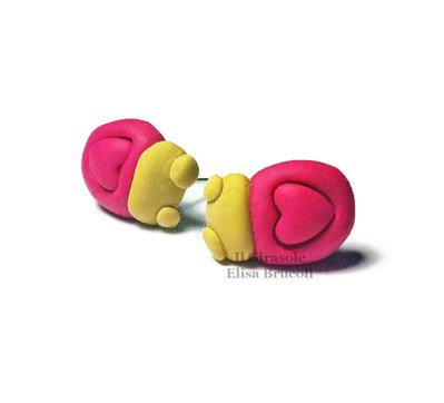 Orecchini coccinella e cuore fucsia a perno in pasta polimerica fimo