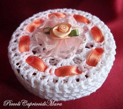 Scatola all'uncinetto con rosa e nastro rosa pesca