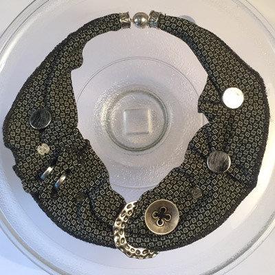 collana tessuto e bottoni pezzo unico