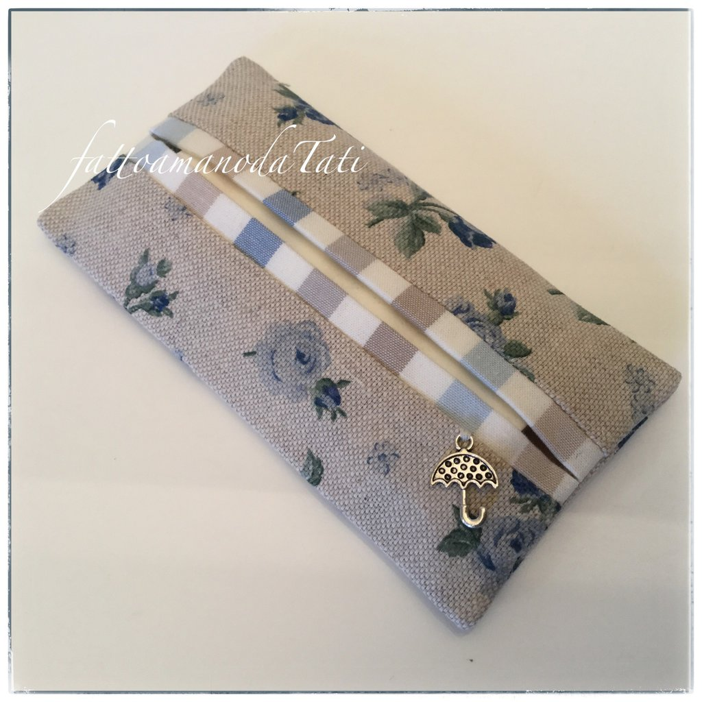 Porta fazzoletti di carta in cotone ecrù a roselline blu e bordino a righe