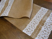 Runner centrotavola in tela juta con fasce di pizzo bianco e raso, idea regalo.
