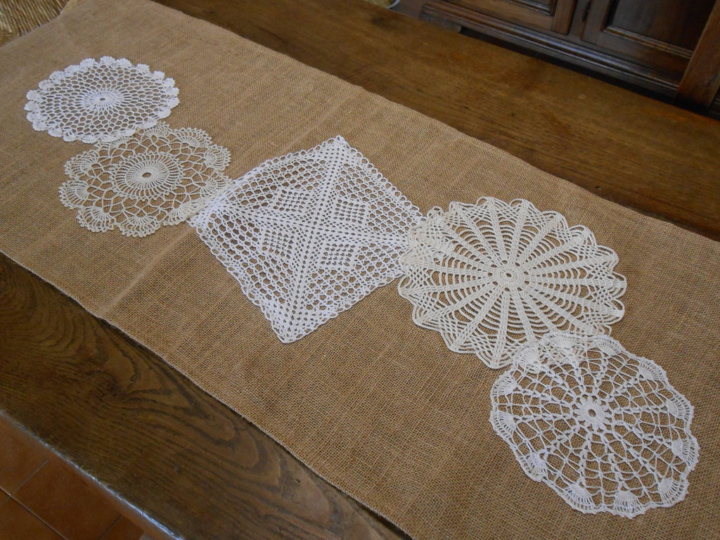 Runner centrotavola in juta con cinque  centrini crochet bianchi ed ecrù , idea regalo.