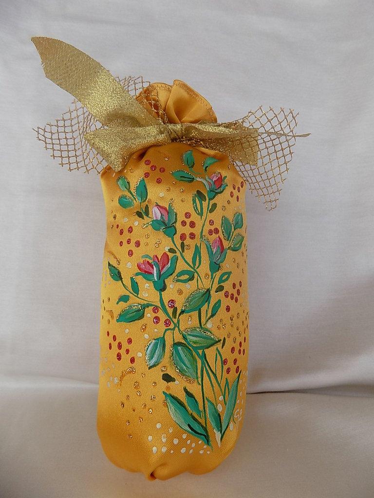 Pendaglio a sacchetto in raso giallo oro dipinto a mano