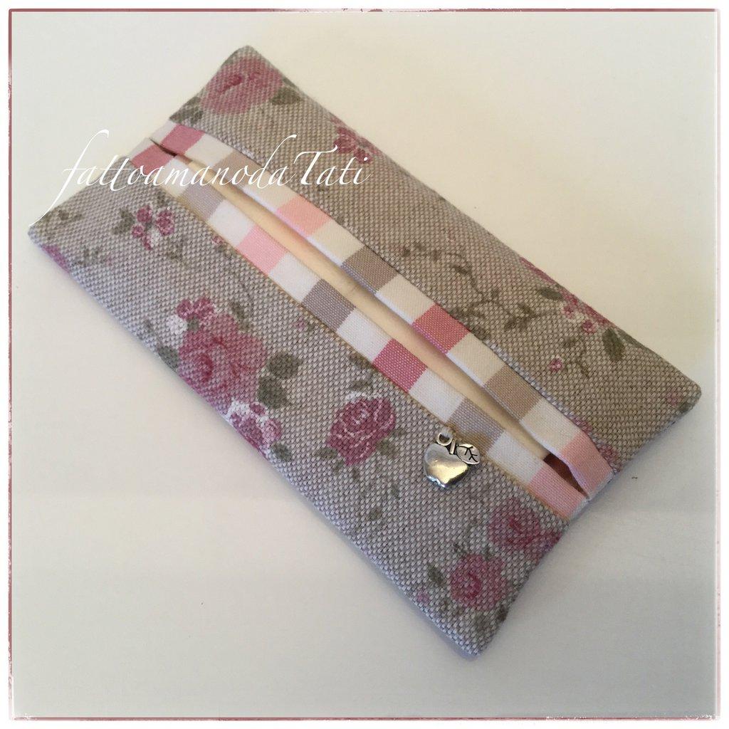 Porta fazzoletti in cotone ecrù a roselline rosa e bordino a righe