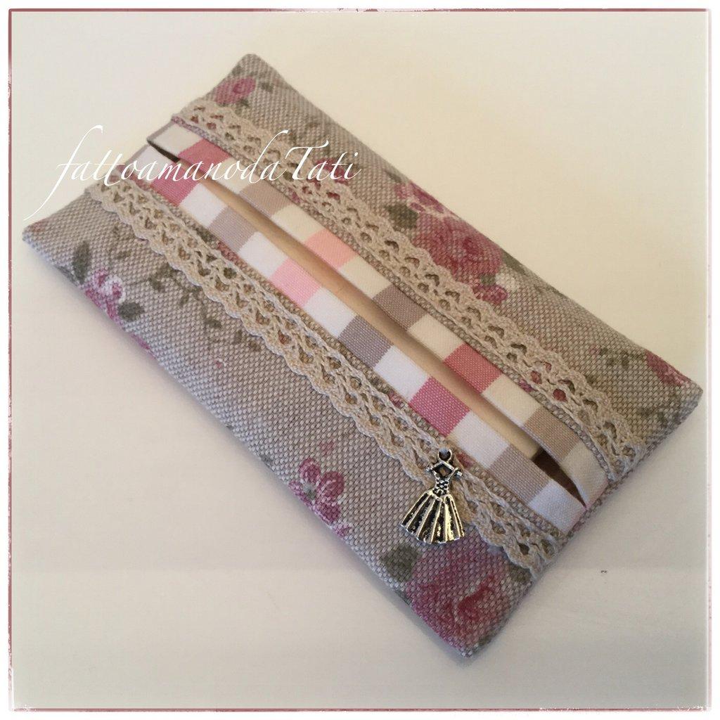 Porta fazzoletti in cotone ecrù con roselline rosa ,pizzo e bordino a righe