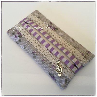 Porta fazzoletti in cotone ecrù a fiorellini lilla con pizzo e bordino a righe lilla
