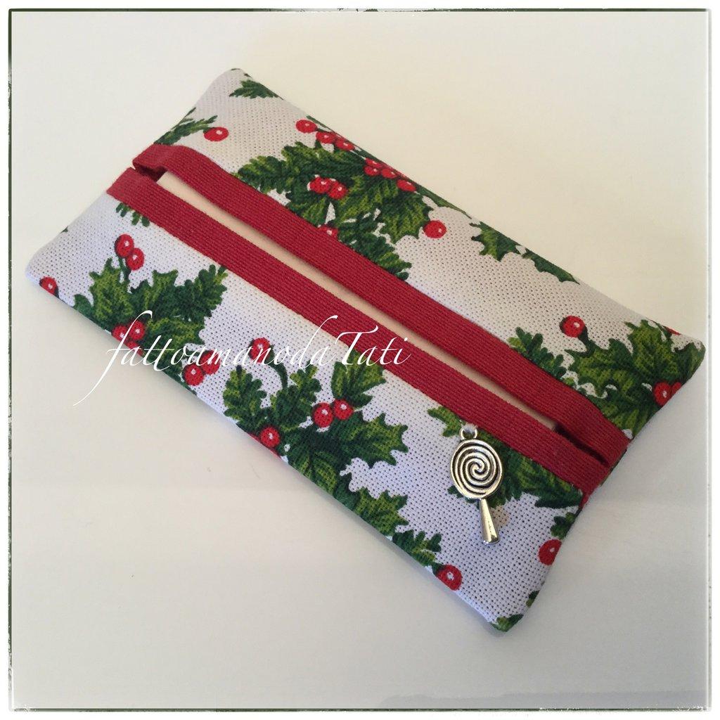 Porta fazzoletti in cotone con stampa agrifoglio ,bordino rosso e charm lecca lecca