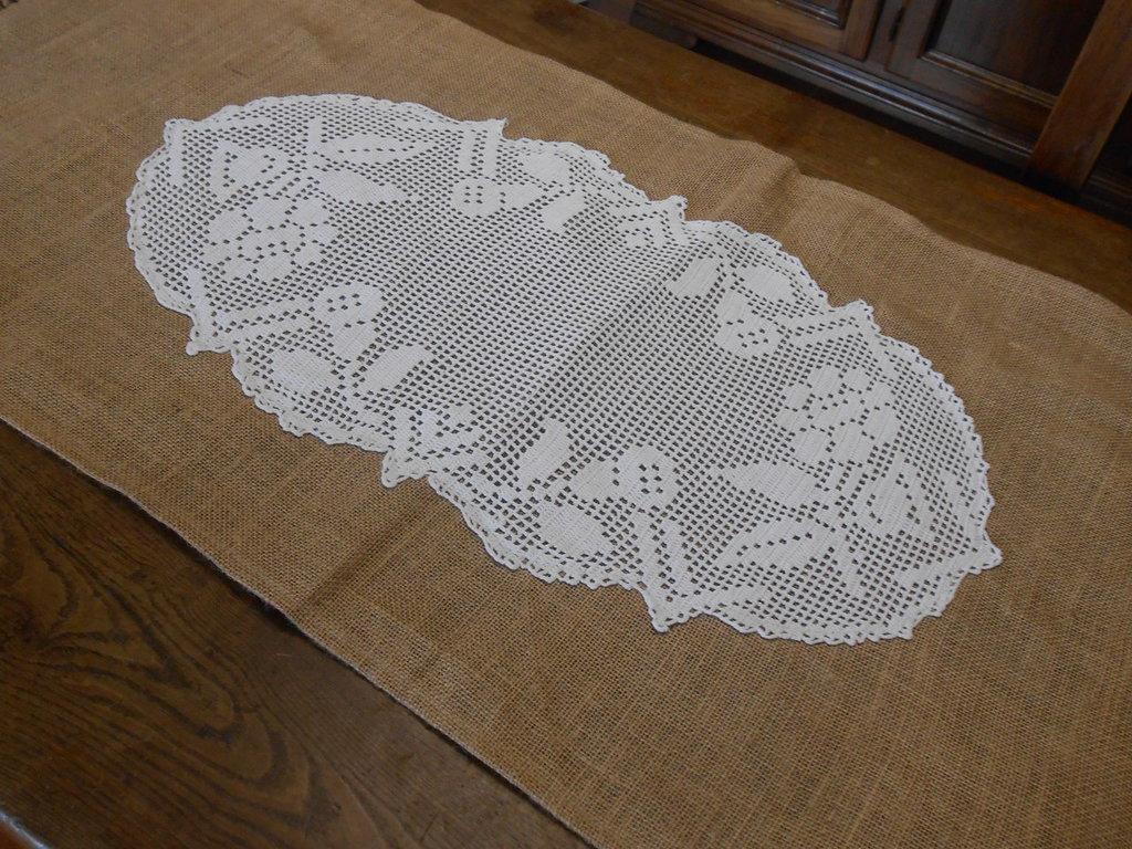 Runner centrotavola in tela juta con grande centro filet  bianco , idea regalo.