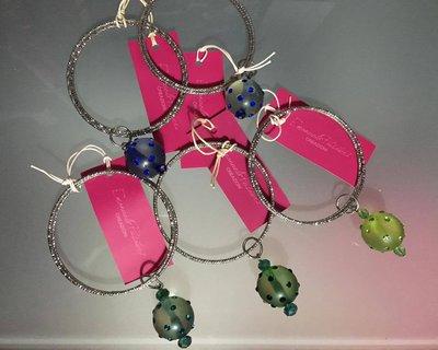Bracciali rigidi con perle colorate