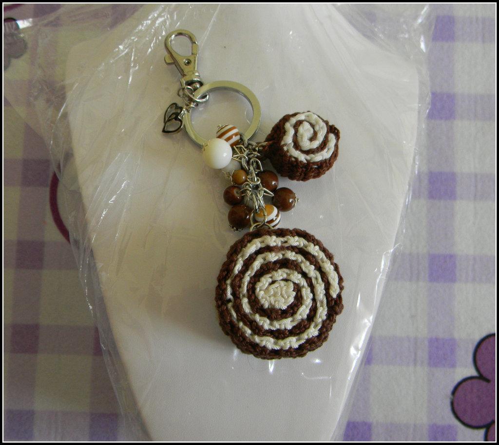 Portachiavi / Ciondolo da borsa girella al cioccolato + uncinetto + amigurumi + fimo