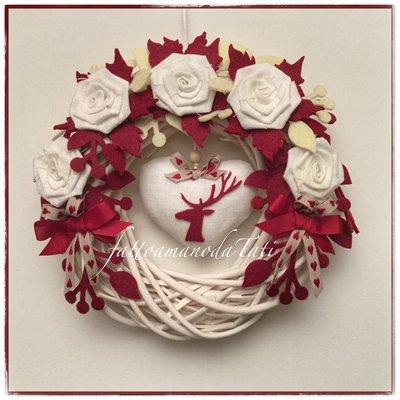 Corona di salice bianco con rose di lino bianco,rametti  e cuore con cervo rossi
