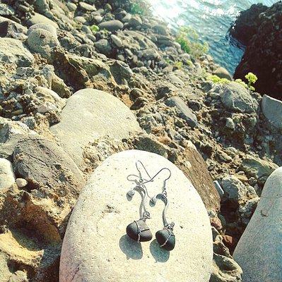 orecchini pendenti in vetro di mare nero (VENDUTO)