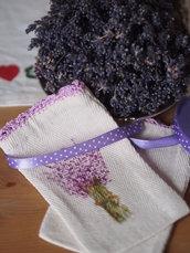 SACCHETTINO motivo lavanda.Bordo ad uncinetto,fiori dipinti a mano.Profuma biancheria,ornamento per la toilette,portagioielli.FORNITO con nastro e lavanda essiccata.Personalizzabile.
