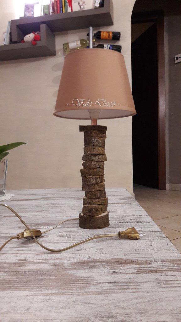 Lampada da tavolo beige con ciocchi di legno