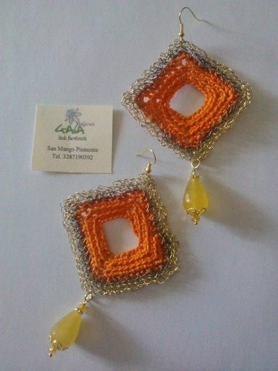 Orecchini con rombo ad uncinetto misto cotone e ottone, goccia in agata gialla