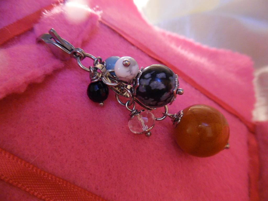 Ciondolo-charm con pietre naturali (diaspro rosso) e acciaio inox