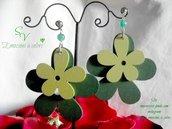 Orecchini in ag. 925% Con agata verde e fiori in legno colorato.