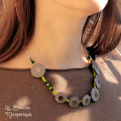 Collana verde e color tortora con bottoni vintage in resina