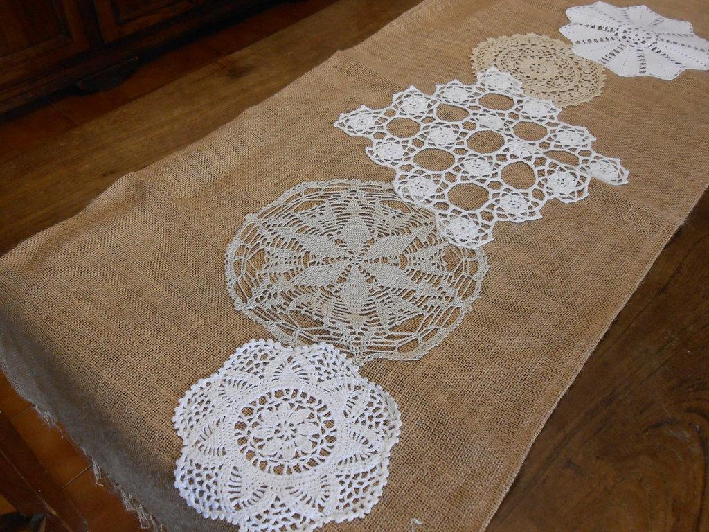 Grande runner centrotavola in tela juta con inserto di 5 centrini crochet bianco , ecrù.