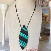 Collana tribale con ciondolo a forma di ogiva. Nero, verde, turchese. Cordino cerato in cotone. SmallArtHandmade - Small Art