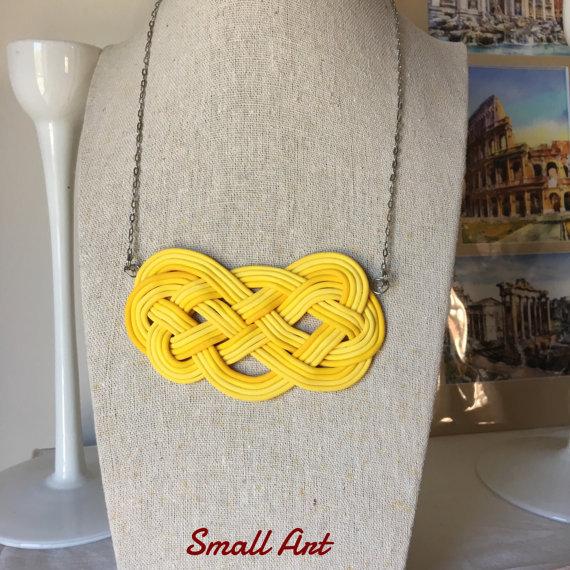 Collana con nodo marinaresco decorativo giallo, handmade, con pasta polimerica, pezzo unico. Acciaio Inox. SmallArtHandmade - Small Art