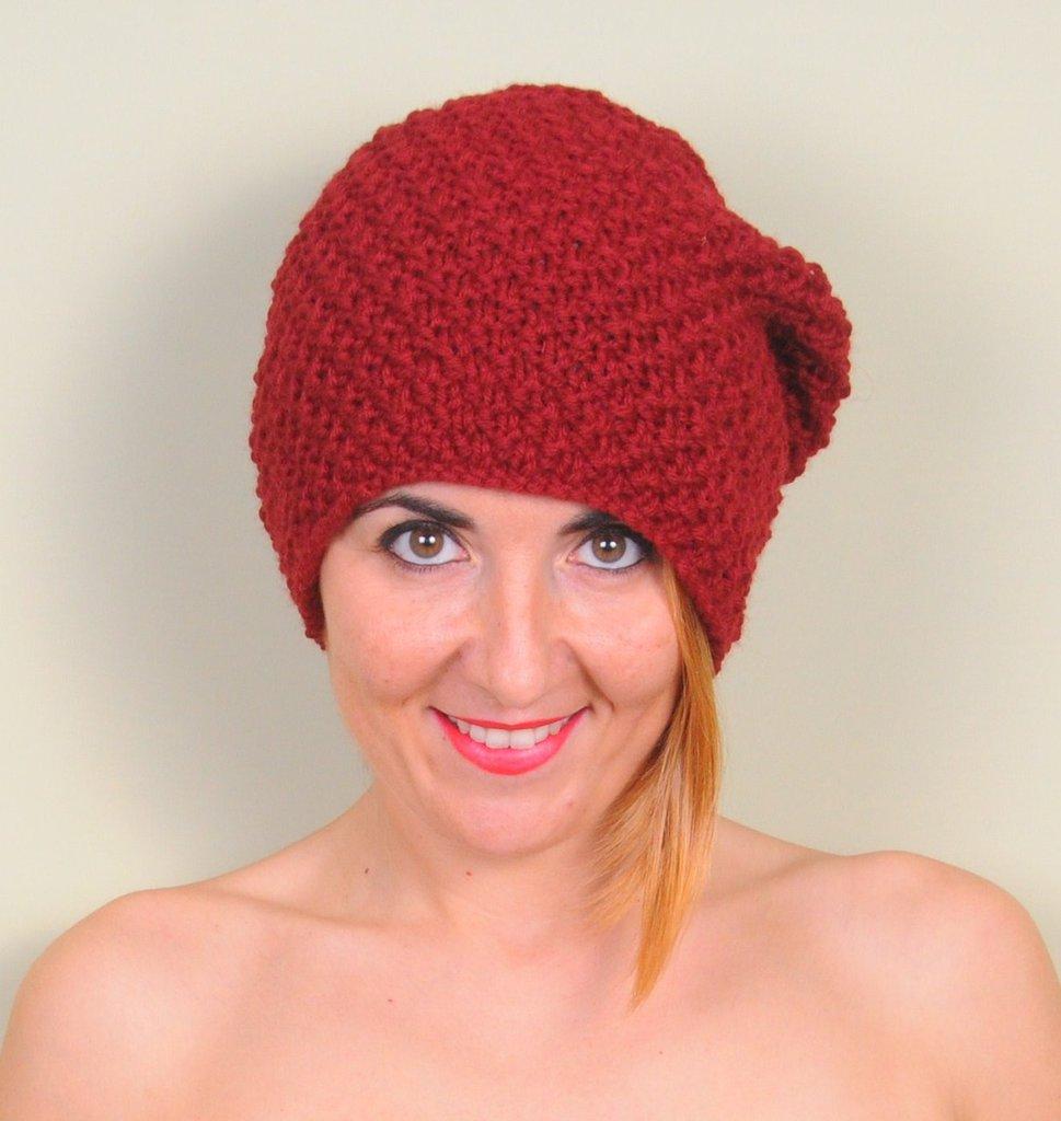 Cappello maglia, berretto lana merino, accessorio donna color borbeaux, cappello inverno. Lavorato a mano. Pronto per la spedizione.
