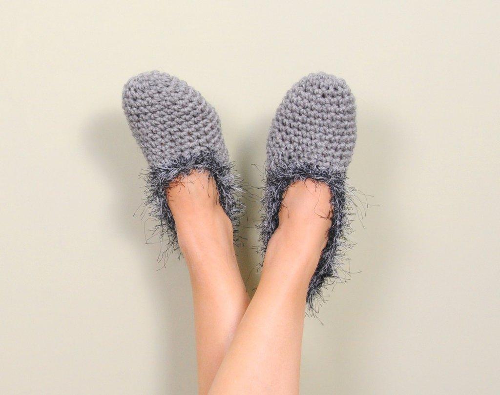 Pantofole uncinetto, scarpette in lana da donna, babbucce color grigio con bordo peloso, idea regalo per Natale