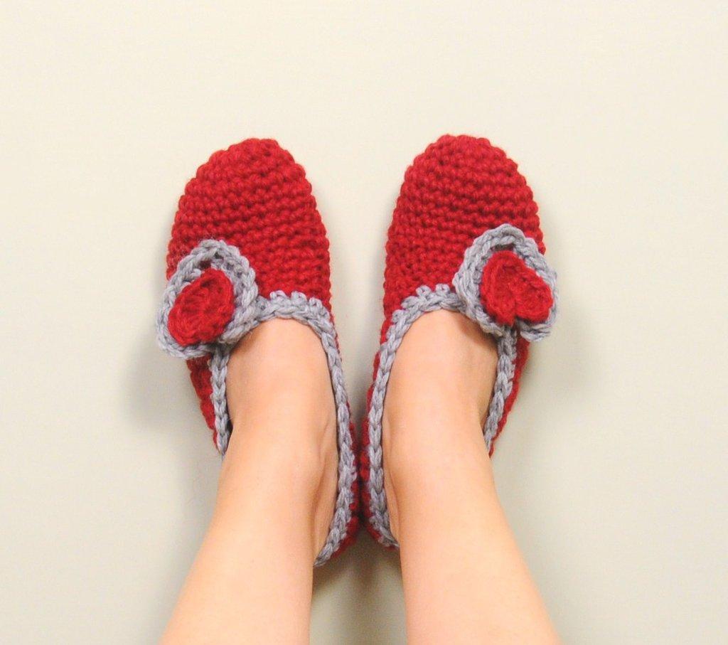 Pantofole uncinetto, scarpette in lana da donna, babbucce color rosso con cuori, idea regalo per Natale, accessorio femminile