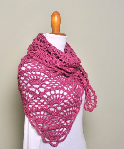 Uncinetto scialle , stola color rosa scuro, coprispalle, sciarpa traforata, outfit inverno - Lavorato a mano. Pronta consegna