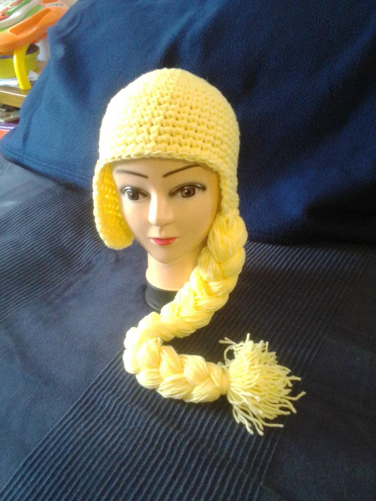 Cappellino Elsa di Frozen realizzato in lana acrilica