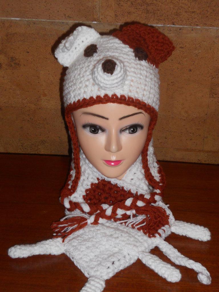 Cappellino e sciarpa a forma di Jack Russel realizzati in lana acrilica bianca