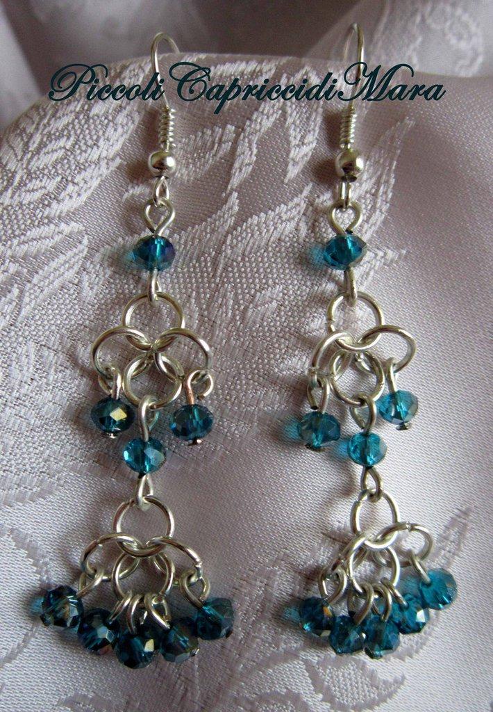 Orecchini in chainmail con cristalli blu petrolio