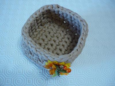 Cestino e/o svuota tasche in fettuccia a forma quadrata.