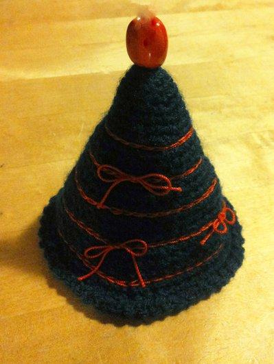 decorazione natalizia a uncinetto alberello di natale lana verde con ricamo e punta rossi
