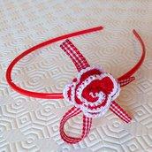 Cerchietto rosso con rosa rossa e bianca fatta a mano all'uncinetto
