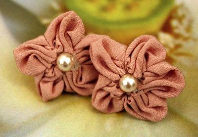 Orecchini fiore in stoffa e perle