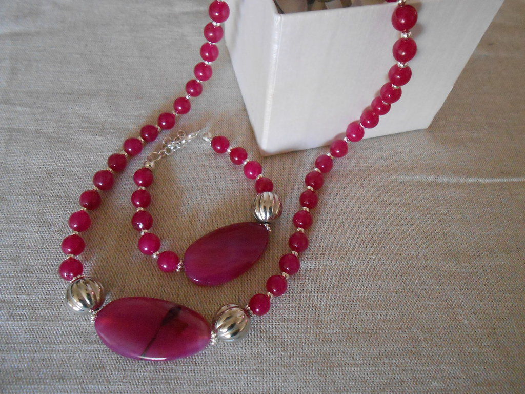 Parure collana girocollo e bracciale con agate rosa  fuxsia , idea regalo.